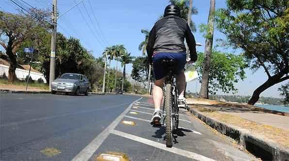 Ciclista enfrenta dificuldades para transitar na orla da lagoa da Pampulha por causa das 'tartarugas' no asfalto