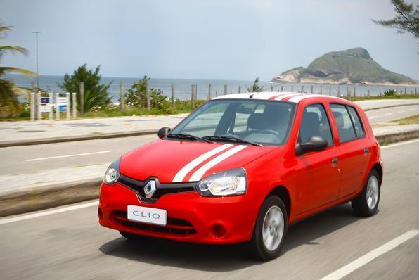 Renault Clio sem ar-condicionado Consumo urbano: 9,5 km/l - etanol / 14,3 km/l - gasolina *** Consumo na estrada: 10,7 km/l - etanol / 15,8 km/l - gasolina