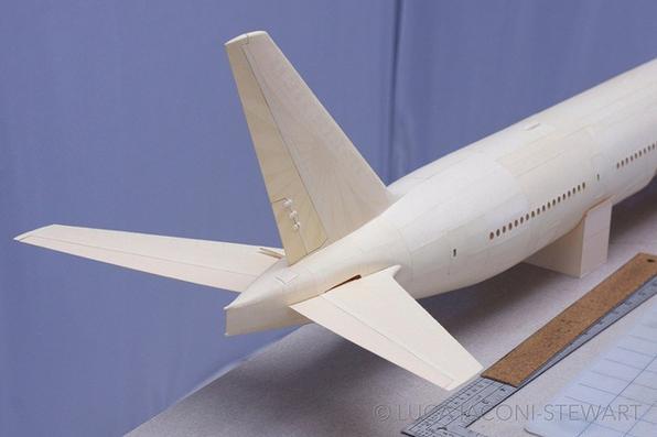 Boeing 777-300 feito apenas com papel e cola