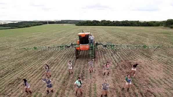 Marca brasileira produz clipe engraçado para mostrar as qualidades de máquina agrícola