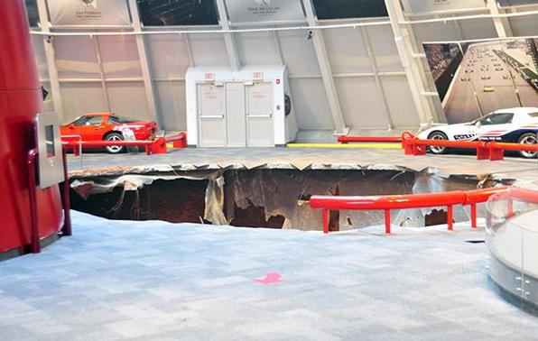 Cratera se abre na madrugada e danifica oito carros raros no Museu Nacional do Corvette nos EUA