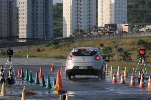 Cursos de direção defensiva levam consciência e segurança aos jovens motoristas