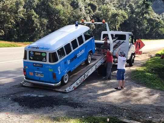 Grupo de cinco torcedores comprou e reformou o veículo para acompanhar a seleção do país