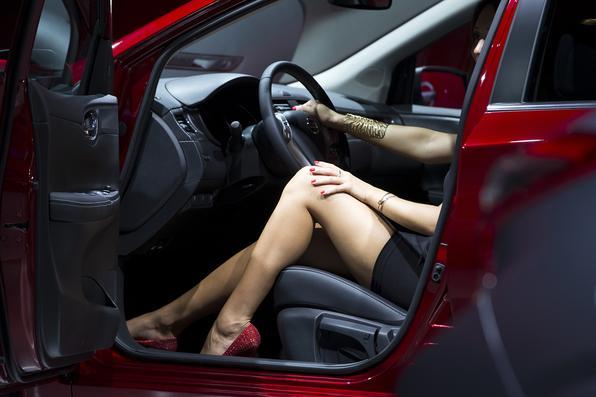 Belas modelos acompanham veículos no Salão de Paris