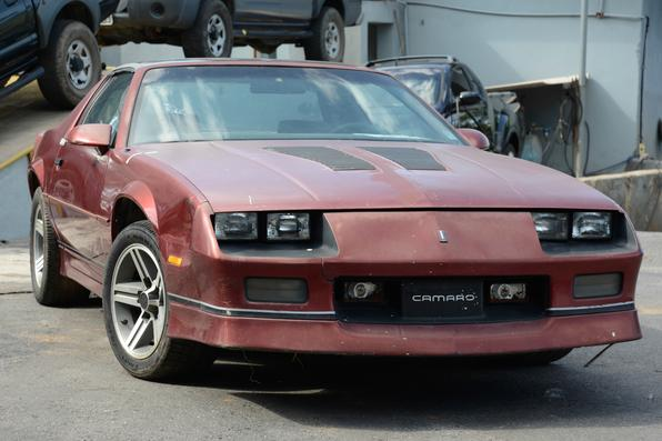 O Camaro Z28 é a versão mais envenenada do esportivo. Na terceira geração de 1988, o veículo vinha equipado com o poderoso motor GM 305 V8 5.0L de 220cv e sistema Tuned Port Injection, que aumentava o torque para um máximo de 40,07 kgfm a 3.200 rpm. O modelo faz de 0 a 100 km/h em 7,1s e máxima de 240 km/h.
