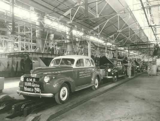 Linha de montagem da GM do Brasil nos anos 40