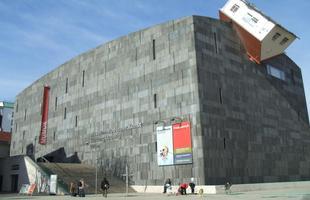 Erwin Wurm coleciona exibições nos principais museus de arte contemporânea mundo afora