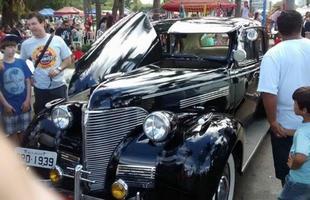 Carros antigos, hotrods, rats e musas Pin-up são os ingredientes do 2º Encontro de Carros Antigos de Sete Lagoas, na Região Central de Minas Gerais