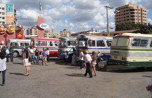 Primeiro Encontro da Confraria do Ônibus reúne 12 ônibus e seis caminhões antigos no centro-oeste de Minas Gerais. Veículos como uma jardineira Chevrolet 1948 e aprovação do público demonstram potencial para edições futuras