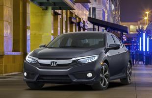 Carro mais vendido da Honda em todo o mundo, sedã muda design com visual fastback. Honda Civic 2016 ganha câmbio CVT, novos motores e luzes em LED
