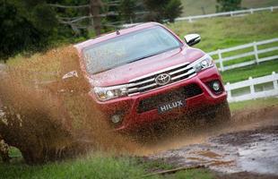 Picape está com novo design motor com preços entre R$ 114 mil e R$ 188 mil. Vendas da nova Toyota Hilux começam 18 de novembro. Versão flex só em 2016