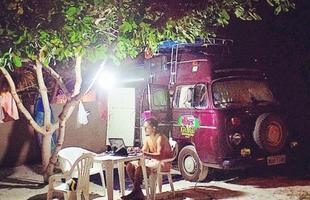 Gustavo Leite usa o computador em um escritório improvisado no camping onde pararam para passar a noite, na Praia do Francês, em Alagoas