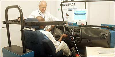 Adaptação é determinada pelo Detran, de acordo com cada motorista, em exame com simulador de direção - Eduardo Rocha/RR -14/1/04