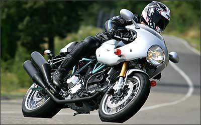 Modelo só tem lugar para o piloto, além de carenagem dianteira. - Fotos: Ducati/Divulgação - 10/8/06