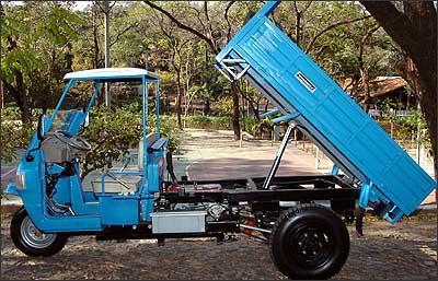 Modelo tem sistema de transmiss�o por correias e ca�amba basculante. - Fotos: Juarez Rodrigues/EM - 22/8/2006
