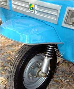 A logomarca Gurgel est� estampada na frente do triciclo. -