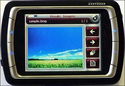Equipamento tem outras funções, como exibição de fotos, vídeos e músicas armazenadas no cartão de memória - Fotos: Ricardo Rollo/Magneti Marelli/Divulgação