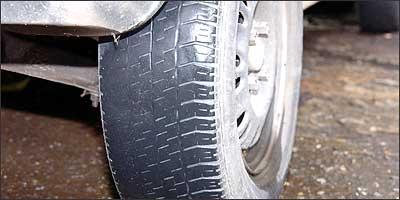 Pneus com desgaste irregular facilitam ocorrência de aquaplanagem, deixando o carro descontrolado e o motorista em apuros - Jair Amaral/EM - 14/12/05