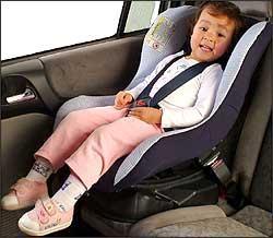 Crianças menores devem ser acomodadas em cadeiras especiais no banco traseiro - Eduardo Rocha/RR -27/11/03