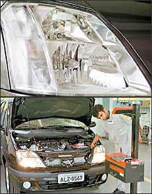 Vibrações e umidade comprometem durabilidade das lâmpadas, por isso faróis devem ser regulados periodicamente - Marlos Ney Vidal/EM - 17/11/04 - Sidney Lopes/EM - 30/9/04