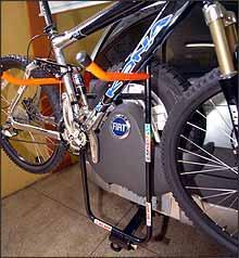 É permitido uso de suporte para bicicleta fixado ao engate, desde que mantidas condições de visibilidade do motorista e que placa e lanternas traseiras estejam à mostra - Fotos: Beto Magalhães/EM - 15/2/07