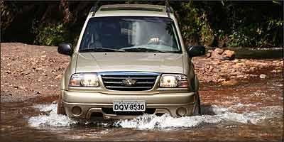 Jipe encara todos os desafios do fora-de-estrada sem cerim�nia, inclusive travessia de riachos (Fotos: Marlos Ney Vidal/EM - 9/3/07)