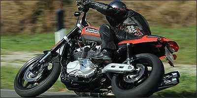 Escapes são duplos e curvados para cima, para facilitar a inclinação nas curvas - Fotos: Harley-Davidson/Divulgação