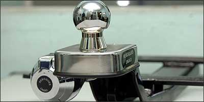 Superfície arredondada, suporte para corrente, esfera maciça, ligação elétrica e retirada de luz de freio são exigências para o acessório, mas só nos modelos indicados pelos fabricantes de carros - Renato Well/EM - 29/8/06
