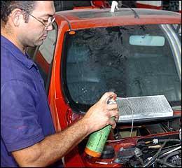 Higienização do ar-condicionado ajuda a evitar fungos, mas, ao fazer o serviço usando spray, deve-se verificar se o produto foi homologado pela Anvisa - Juarez Rodrigues/EM - 4/6/07