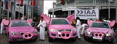 Ativistas do Greenpeace expõem modelos das alemãs BMW, Volkswagen e Audi fantasiados de porcos na entrada do salão e alertam para o elevado nível de emissões - Alex Grimm/Reuters