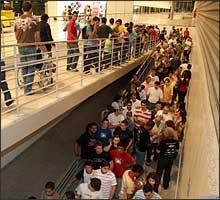 Depois do incidente, uma fila começou a se formar na entrada do pavilhão principal -