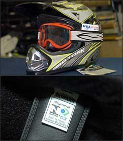 Óculos de proteção são exigidos para condutor e passageiro na falta da viseira. Etiqueta interna comprova idoneidade em caso de fiscalização -