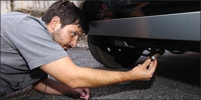 Além de vulnerável, pneu sobressalente embaixo do veículo dificulta sua remoção - Fotos: Juarez Rodrigues/EM - 8/4/08