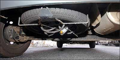 Corrente de motocicleta foi adaptada à roda, para evitar prejuízos com novos furtos -