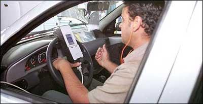 No final da linha de montagem, funcionário da Fiat usa equipamento para checar funcionamento de alguns sistemas do carro - Marlos Ney Vidal/EM/D. A Press - 5/7/05