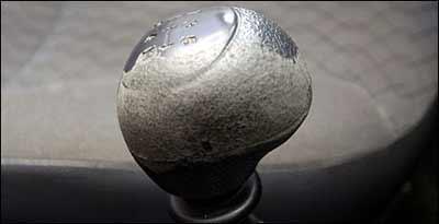 Esfarelamento é comum na manopla da alavanca de câmbio de diversos modelos - Maria Tereza Correia/EM/D.A Press-21/12/07