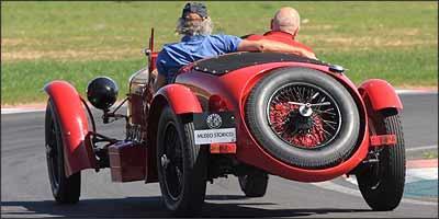 Apesar das enormes rodas calçadas com pneus estreitos, bólido vai bem nas curvas -