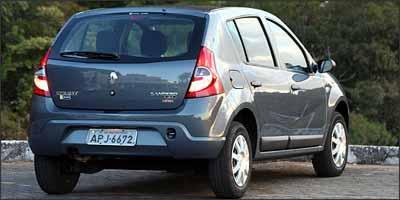 Linhas da traseira agradam bastante com lanternas bem dimensionadas e p�ra-choque na cor do carro -