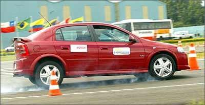 Testes realizados apontam que veículo com freio antiblocantes têm sua distância de parada reduzida em cerca de 20%, em asfalto seco, e 23%, no molhado - Fotos: Bosch/Divulgação - 11/05/06