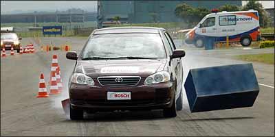 Veículos sem ABS não consegue desviar de obstáculo durante o teste porque, com as rodas travadas, o motorista perde o controle da direção - 22/09/2005