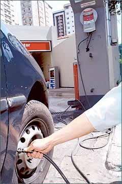 O ideal é calibrar os pneus do carro uma vez por semana, inclusive o estepe, para evitar prejuízos - Maria Tereza Correia/EM/D. A Press - 13/12/00
