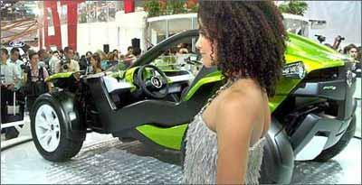 Belas mulheres e o Bugster, mistura de buggy e roadster, agitaram o estande da Fiat - Daniel Camargos/EM/D.A Press - 27/10/08