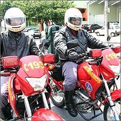 Cabo Ivo e sargento Rogério saem em dupla pela cidade prestando socorro de emergência - Fotos: Marlos Ney Vidal/EM/D.A Press - 6/11/08