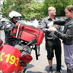O advogado Ozéias é atendido depois de sofrer acidente com moto, mas sem gravidade -