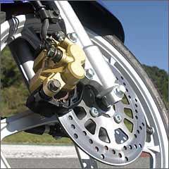 As rodas maiores, com aros de 16 polegadas, não tiram a agilidade nas curvas -