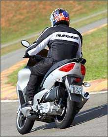 Pequeno volume do porta-malas dificulta transporte até do capacete -