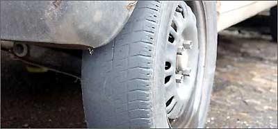 Desgaste irregular dos pneus pode indicar problemas de alinhamento da direção - Jair Amaral/EM/D.A Press - 14/12/05