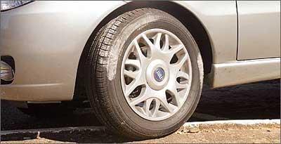 Estacionar o carro com as rodas em cima da calçada causa problemas na estrutura da carroceria - Eduardo Rocha/RR - 21/7/04