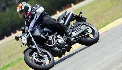 Moto tem curta distância entre-eixos, proporcionando agilidade nas curvas - Fotos: Mário Villascusa/Yamaha/Divulgação