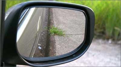 Com o tilt down, quando o motorista engata a ré, o retrovisor se posiciona para mostrar o meio-fio - Marlos Ney Vidal/EM/D. A Press - 7/3/09